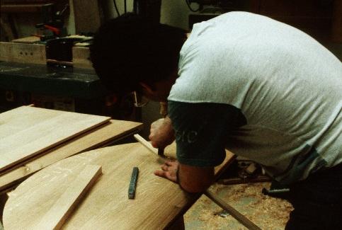 Un apprenti travaillant du bois