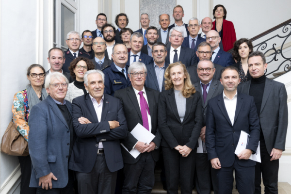 Photos de groupe des personnes présentes lors de la signature de 34 partenariats le 12 nobembre 2019
