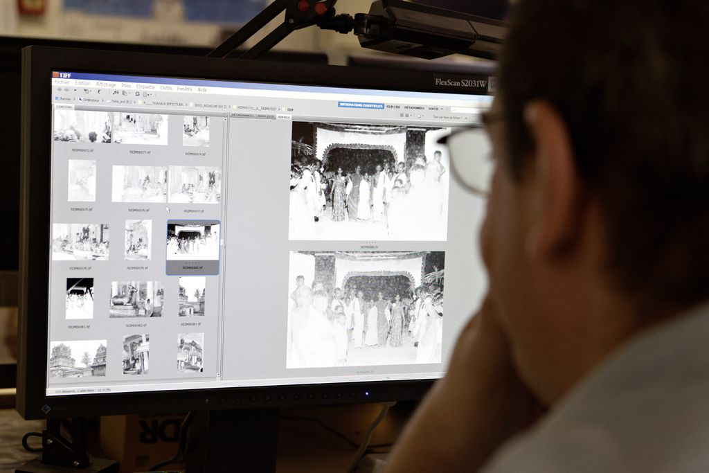 Un homme travaillant sur un ordinateur